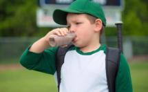 Un-jeune-baseballeur-boit-du-lait-au-chocolat