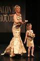 Katherine Cooley et la petite Chiara au Défilé du 13ème Salon du Chocolat 2007