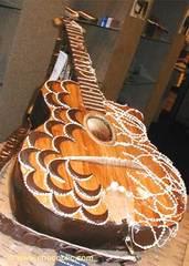 Guitare entièrement en chocolat