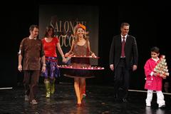 Najoua Belyzel (chanteuse) et le petit Gabriel au Défilé du 13ème Salon du Chocolat 2007